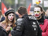 Участники акции протеста против расизма в Хемнице, Германия, разговаривают с полицейским