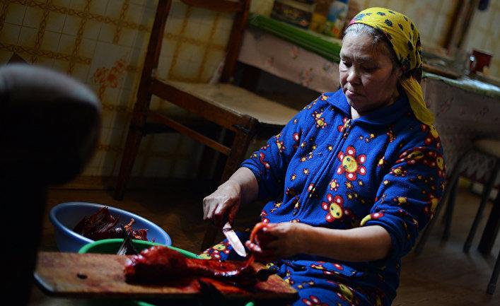Женщина на кухне своего дома в стойбище Усть-Ватьеган коренного народа ханты в Нижневартовском районе Ханты-Мансийского округа