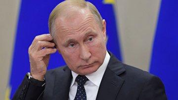 Президент РФ Владимир Путин на пресс-конференции по итогам встречи с федеральным канцлером ФРГ Ангелой Меркель в Сочи.