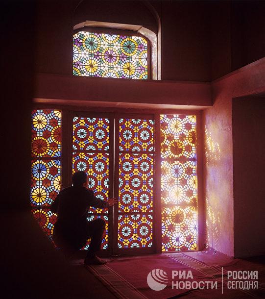 Оконные витражи, украшенные узором «шебеке», водворце ханов вШеки, Азербайджан