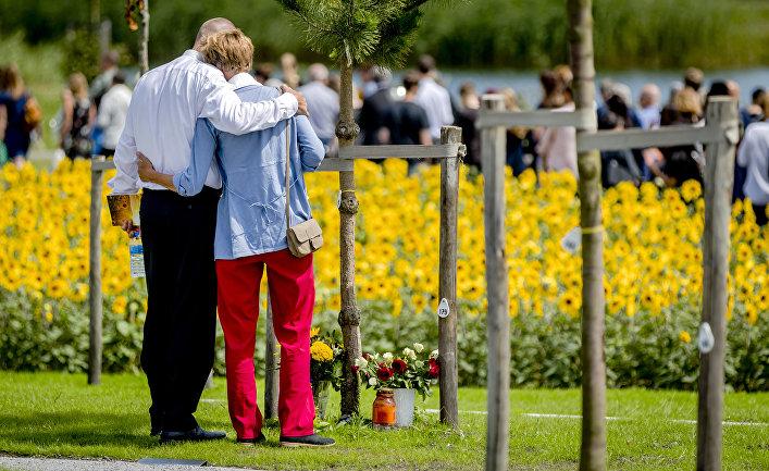 Родственники жертв авиакатастрофы MH17 у мемориала в память о погибших, Нидерланды