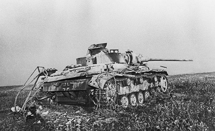 Подбитый фашистский танк в районе станции Прохоровка в ходе сражения на Курской дуге в 1943 году