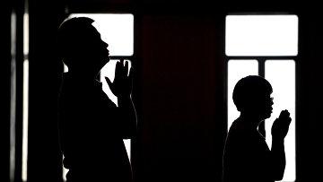 Силуэты молящихся людей