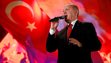 Прензидент Турции Реджеп Тайип Эрдоган на фоне турецких флагов