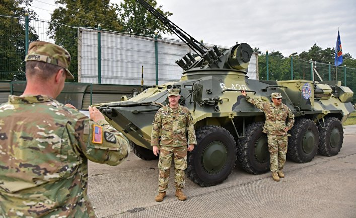 Американские солдаты фотографируются у украинского БТР-3