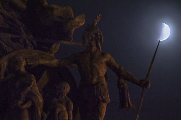 16 июля 2019. Лунное затмение и монумент независимости в Сан-Паулу, Бразилия