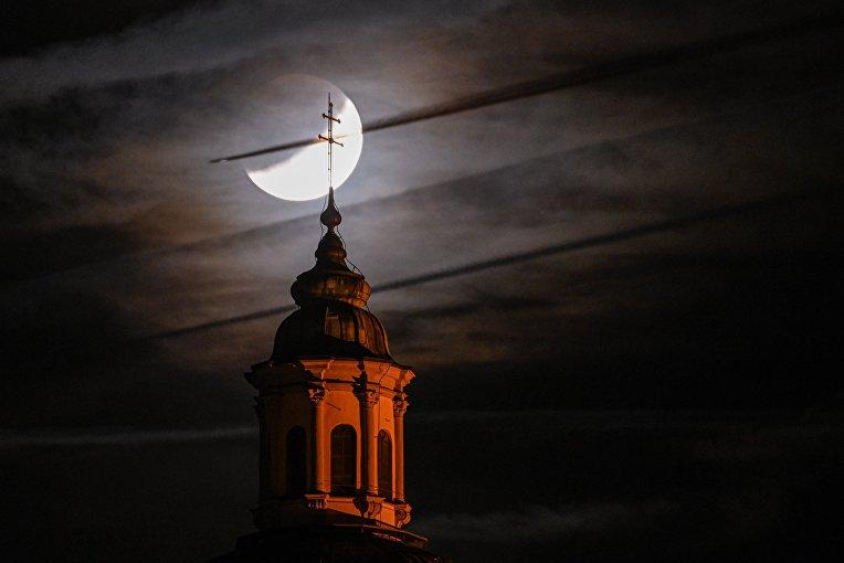 16 июля 2019. Лунное затмение и церковь в Вайнгартене, Германия