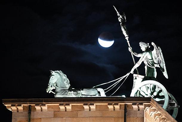 16 июля 2019. Лунное затмение и квадрига на Бранденбургских воротах, Берлин, Германия