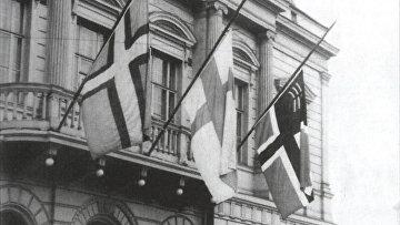 Осень 1934 г. Приспущенные флаги Ингерманландии, Финляндии и Восточной Карелии на фронтоне Старого студенческого дома в Хельсинки в знак протеста против депортаций из Ингерманландии и Восточной Карелии