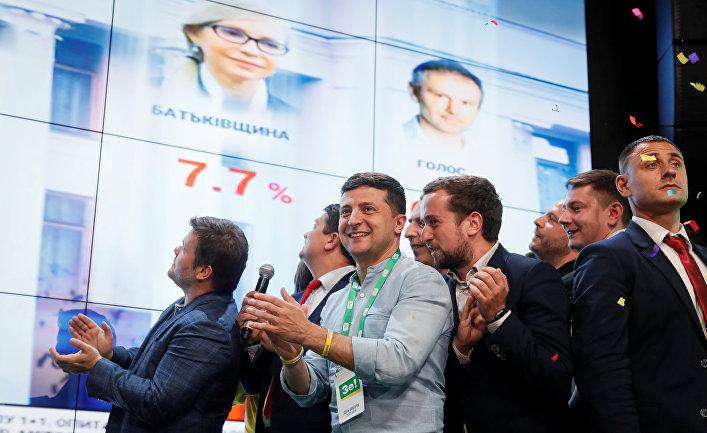 Штаб-квартира партии Слуга народа наблюдает за подсчетом голосов после парламентских выборов на Украине