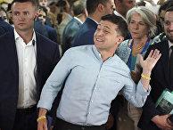 Президент Украины Владимир Зеленский на избирательном участке в Киеве