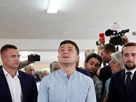 Президент Украины Владимир Зеленский на избирательном участке во время парламентских выборов в Киеве