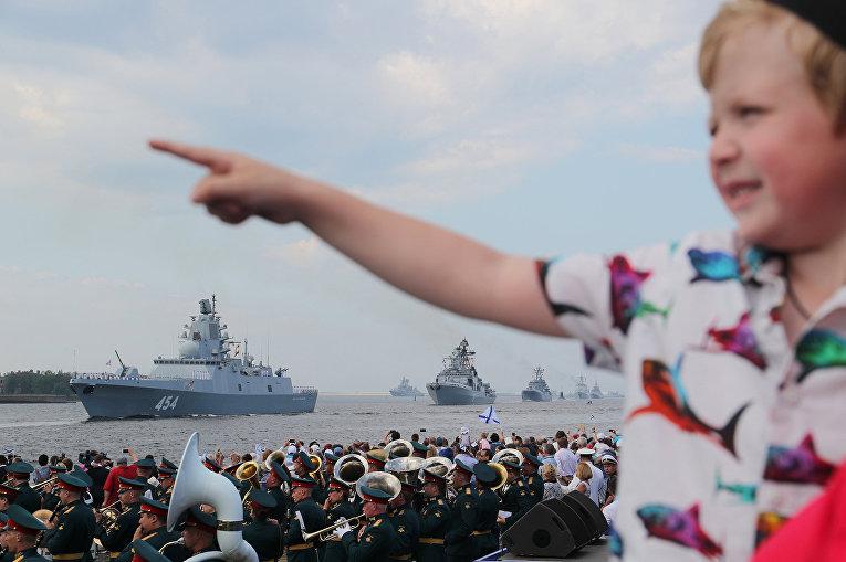 Зрители военно-морского парада в Кронштадте