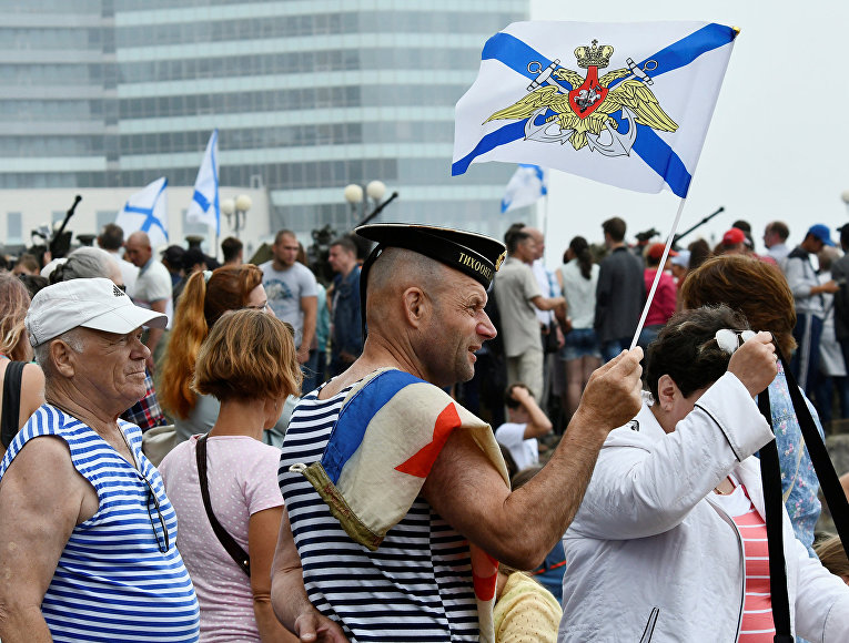 Зрители военно-морского парада во Владивостоке