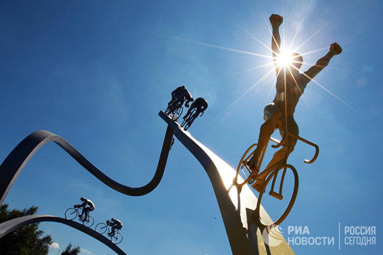 """Монумент """"Тур де Франс"""" в Пиренеях"""" Жана-Бернара Мете неподалеку от города По."""