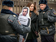 Сотрудники полиции задерживают активистку во время акции перед зданием Госдумы в Москве