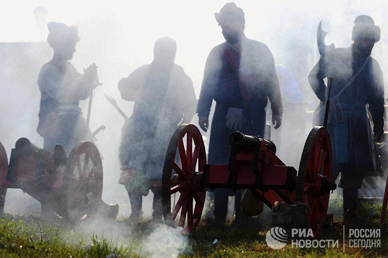 Участники фестиваля военно-исторической реконструкции