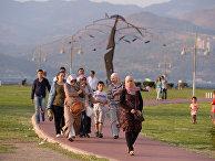 Жители Измира прогуливаются по городу