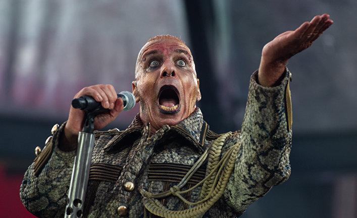 Вокалист Rammstein Тилль Линдеманн во время концерта