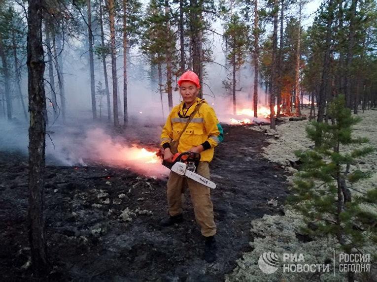 Сотрудники министерства охраны природы Якутии борются с природными пожарами