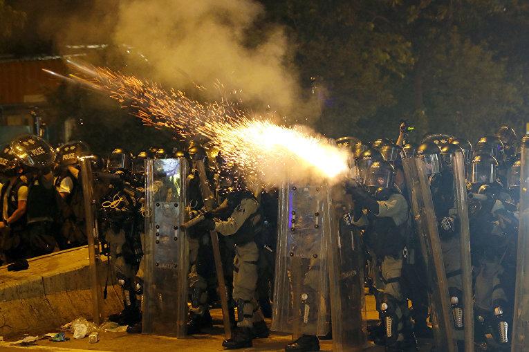 Полиция применяет слезоточивый газ против протестующих в Гонконге