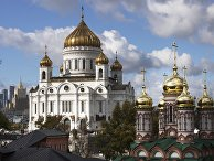 Храм Христа Спасителя (в центре) и храм Николая Чудотворца на Берсеневке в Москве
