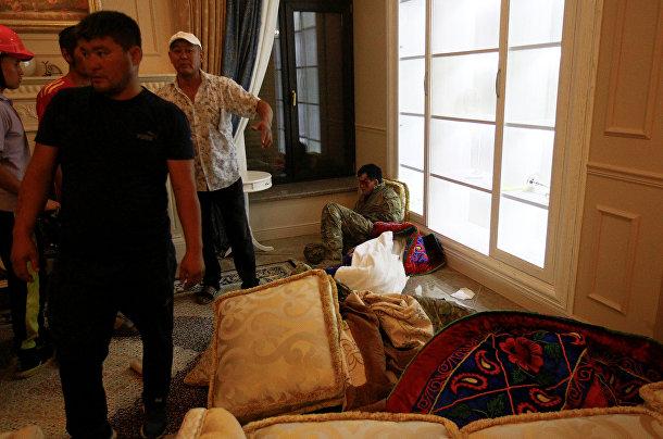 Сторонники Алмазбека Атамбаева вокруг раненного спецназовца во время операции по задержанию Атамбаева