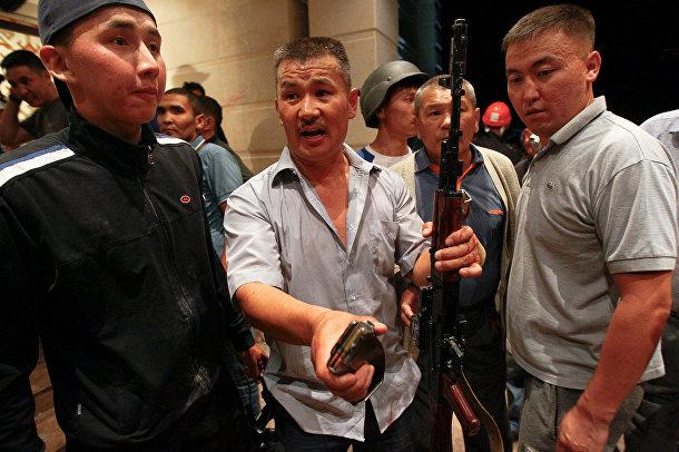 Вооруженные сторонники Алмазбека Атамбаева охраняют его дом
