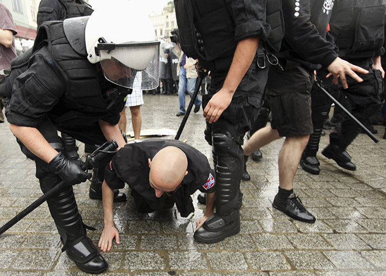 Полиция арестовывает участника протестов в Кракове, Польша