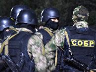 Сотрудники киргизского спецназа в ходе спецоперации в селе Кой-Таш