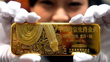 Слиток золота в ювелирном магазине в Пекине