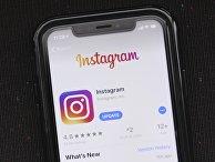 Приложение Instagram на экране смартфона