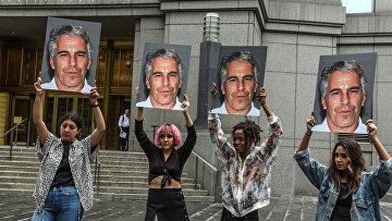 Участницы акции протеста с фотографиями Джеффри Эпштейна