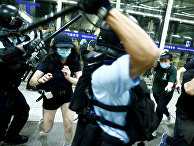 Полиция во время во время столкновений с протестующими в Гонконге