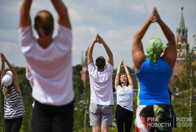 """Международный фестиваль йоги в парке """"Зарядье"""""""