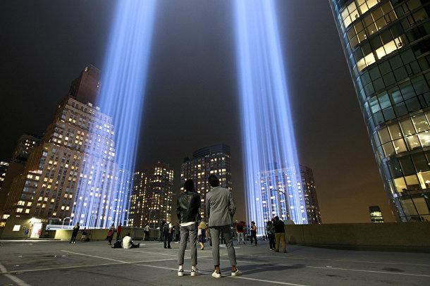 Люди у мемориала терактов 11 сентября в Нью-Йорке