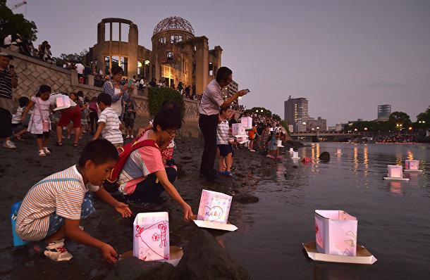 Люди пускают бумажные фонарики в реку Мотоясу в Хиросиме