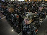 Китайские солдаты-медики перед отправкой в Западную Африку для участия в борьбе с лихорадкой Эбола
