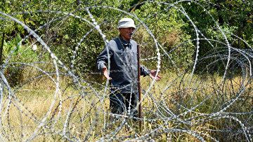 Забор из колючей проволоки на границе Грузии и Южной Осетии