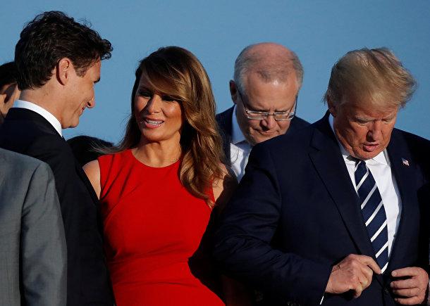 Президент США Дональд Трамп, его жена Мелания и премьер-министр Канады Джастин Трюдо во время саммита G7 в Биаррице