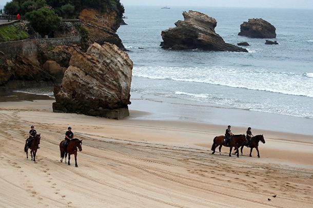 Французская полиция на лошадях на пляже Гран-Плаж во время саммита G7 в Биаррице