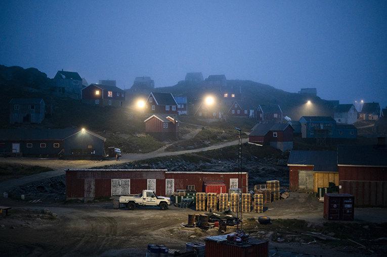 15 августа 2019. Утренний туман накрывает дома в Кулусуке, Гренландия