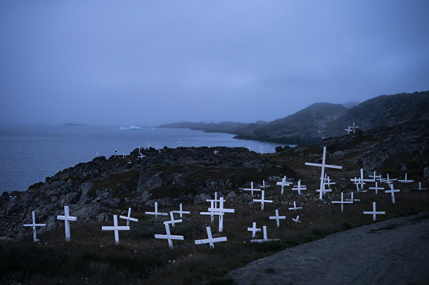 Прямо за кладбищем в Кулусуке начинается море, а в нем — тающие айсберги