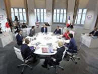 """Мировые лидеры во время рабочей сессии во второй день саммита """"Большой семерки"""" в Биаррице"""