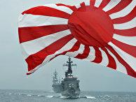 Флаг японских морских сил самообороны на фоне кораблей Kurama и Hyuga у залива Сагами