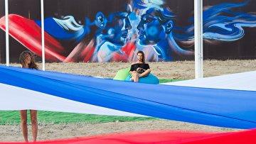 Флешмоб сразвёртыванием 30-метрового российского флага нафестивале «Таврида-АРТ» вСудаке, Крым
