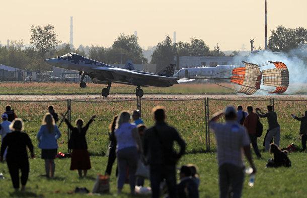 Зрители наблюдают за посадкой российского истребителя Су-57