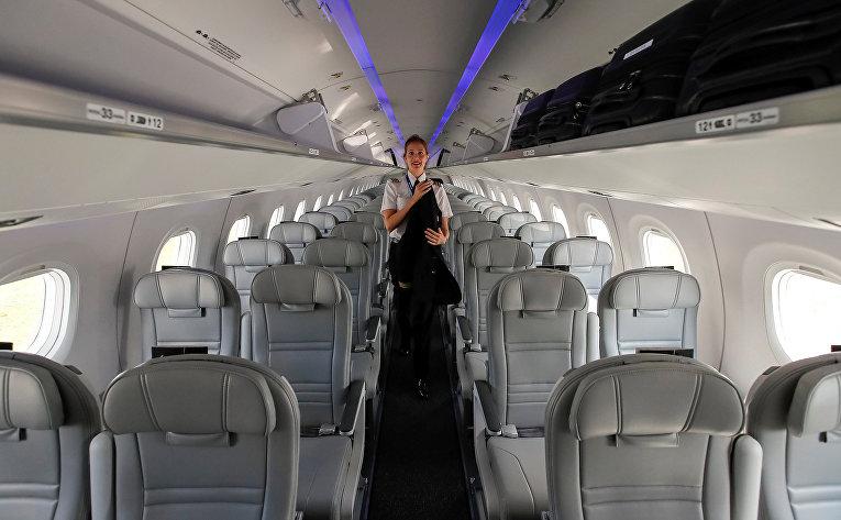 Салон реактивного авиалайнера Embraer E-195 E2