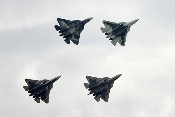 Истребители Су-57 в небе над Жуковском