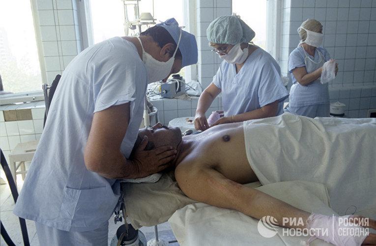 Врачи Московской клинической больницы №6 проводят операцию дежурному оператору Чернобыльской атомной электростанции